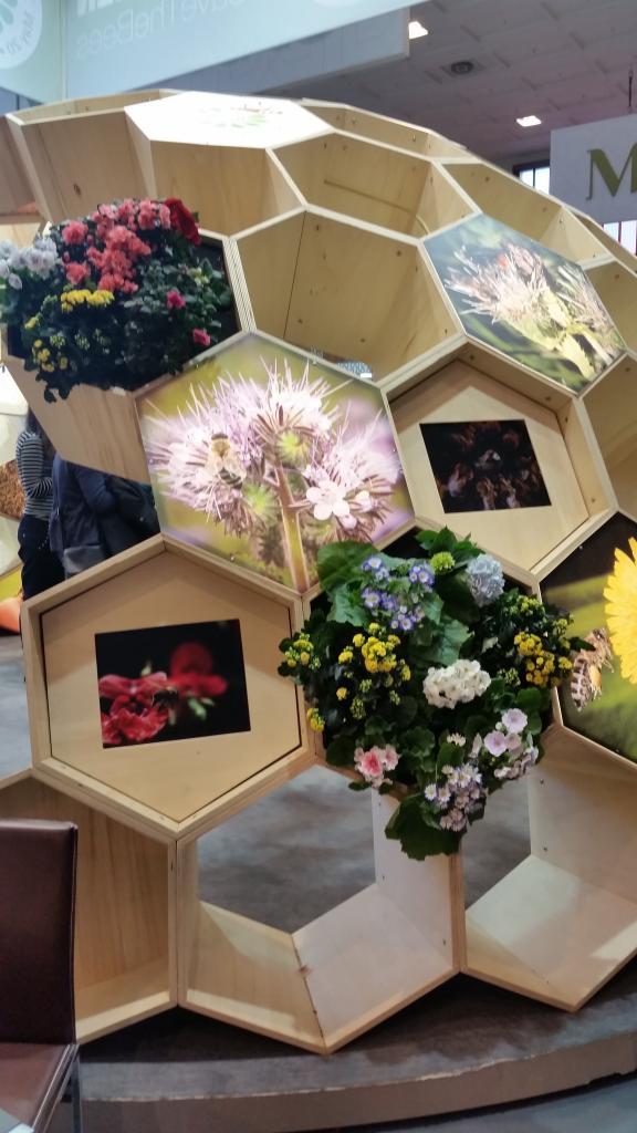 Die Elemente waren mit Blumen, Bildern und Tablets bestückt.