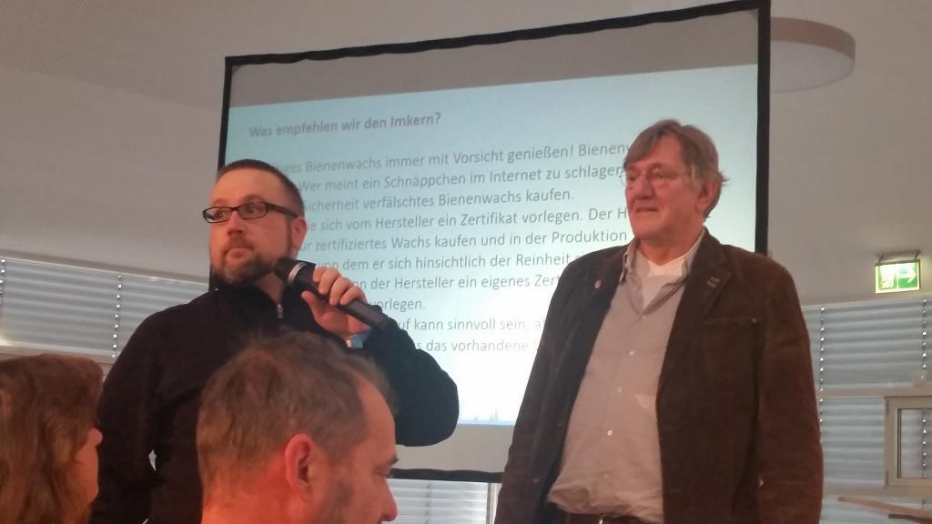 """Markus Gann (links neben dem Gastgeber, Dr. Werner Mühlen) appellierte, die Petition zu zeichnen mit der endlich ein Standard gefordert wird (<a href=""""http://www.bee-gann.de/Wachs/"""">http://www.bee-gann.de/Wachs/</a>). Er hat sehr viele Völker durch Wachspanscherei verloren."""