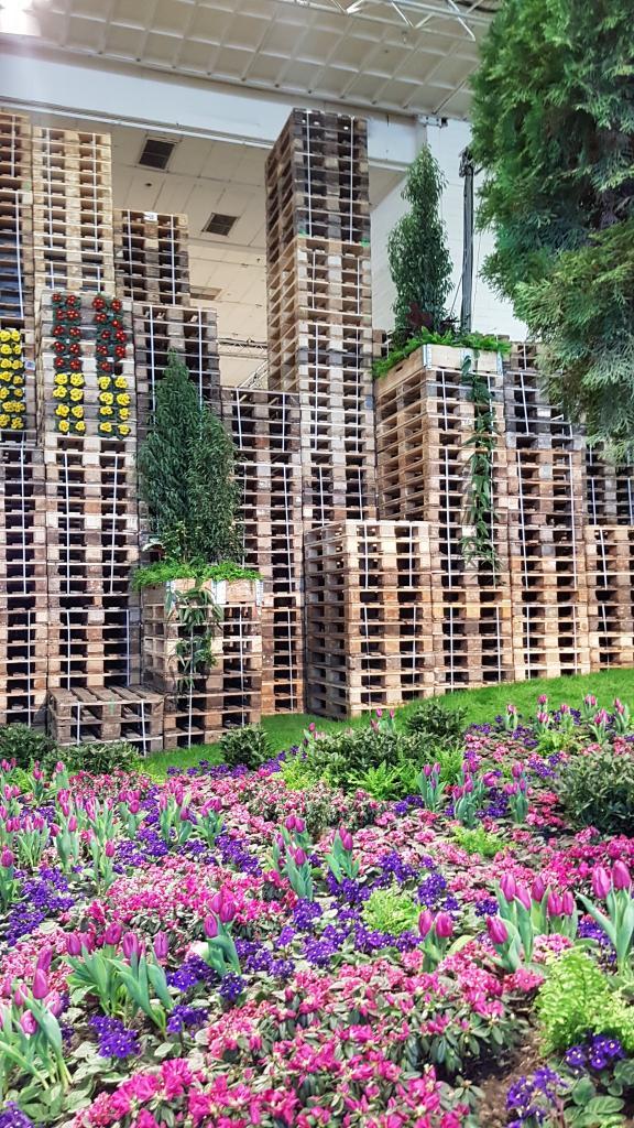 """Die """"bunte Stadt"""" war auch Thema der Blumenhalle - Palettenstapel als Hochhäuser im Blumenmeer (leider nicht gerade bienentaugliche)"""
