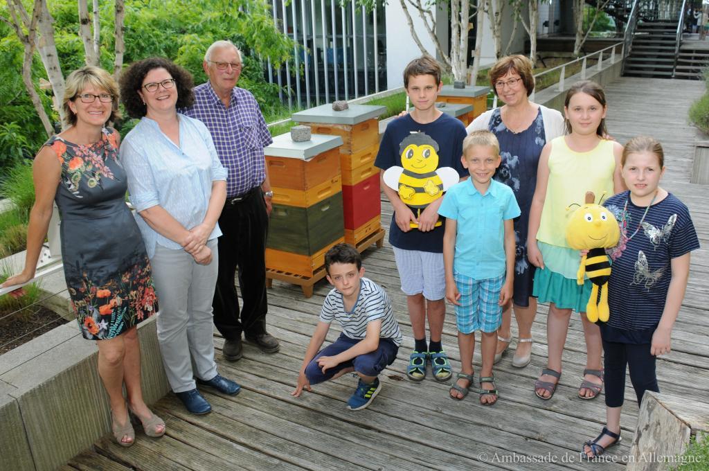 Susanne Lorenz, Annette Mangold-Zatti, Karl-Heinz Riebschläger, Rotraud Horst und die Schüler und Schülerinnen der Imker-AG