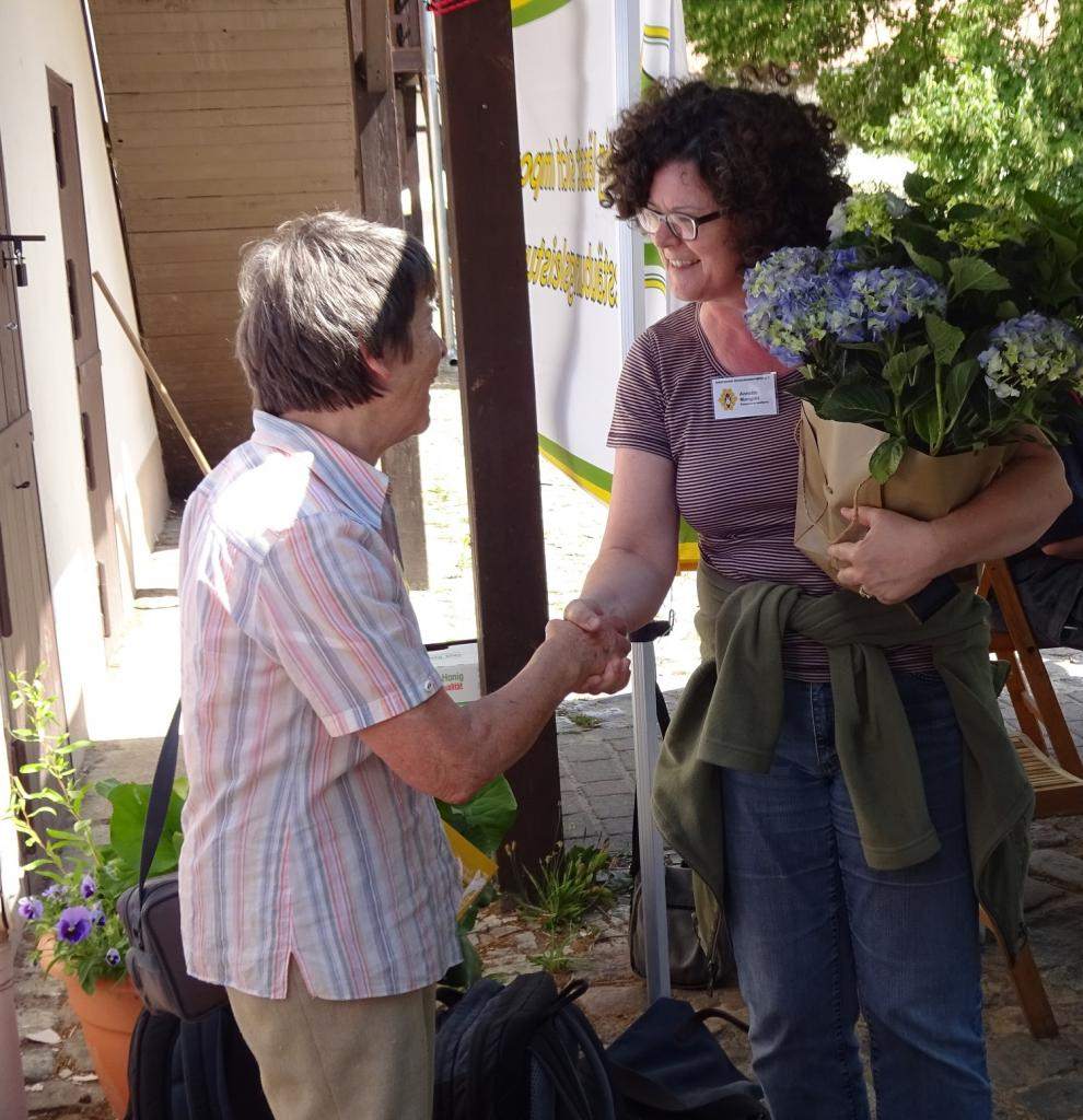 Ein Blumenpräsent für Frau Winkler<br />Bild: Gerd Zimmermann