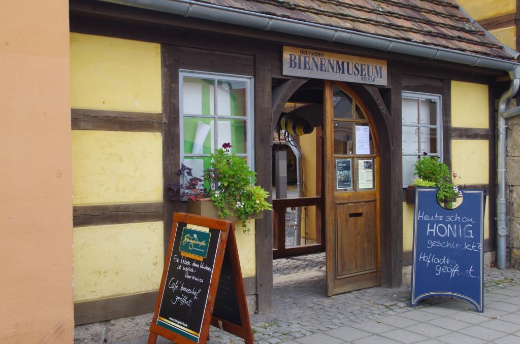 Eingang zum Hof mit Café und Ausstellung