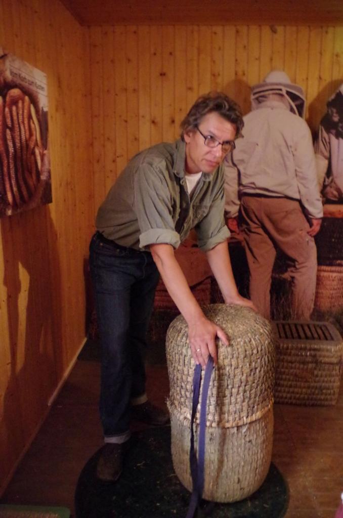 Über 100 Jahre alte Körbe sind aus alten, langhalmigen und dicken Getreidesorten geflochten, die mit gespaltenen Kiefernwurzeln verwoben werden - so halten sie das Abstoßen bei der Ernte aus.