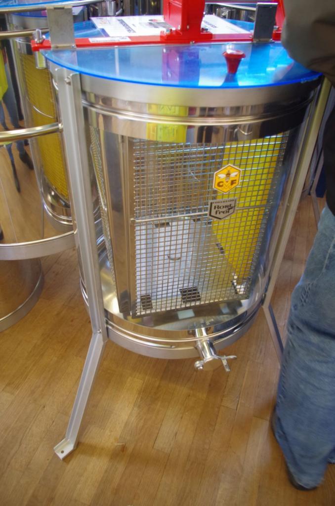 Eine Schauschleuder der Firma Carl Fritz bei der man dem Honig beim Schleudern zuschauen kann!