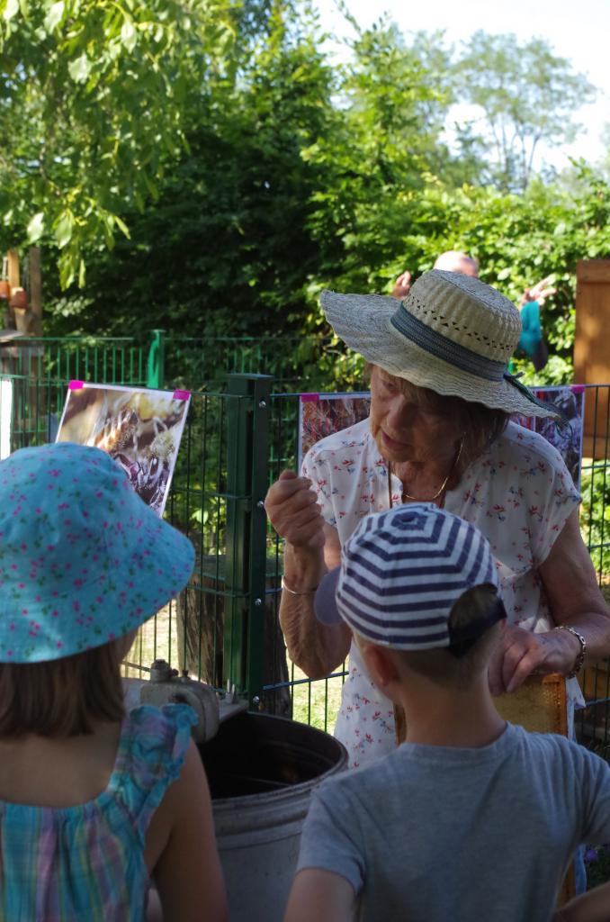 Gisela-Elisabeth Winkler erklärt die Funktionsweise der Schleuder