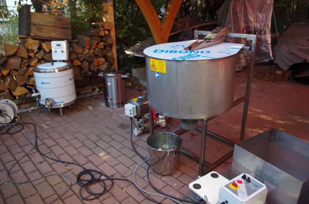 Die Hamag-Wachsschleuder vor ihrem ersten Einsatz - links ist der Desinfektionskessel zu sehen um das Wachs anschließend im Ölbad zu erhitzen und zu desinfizieren.