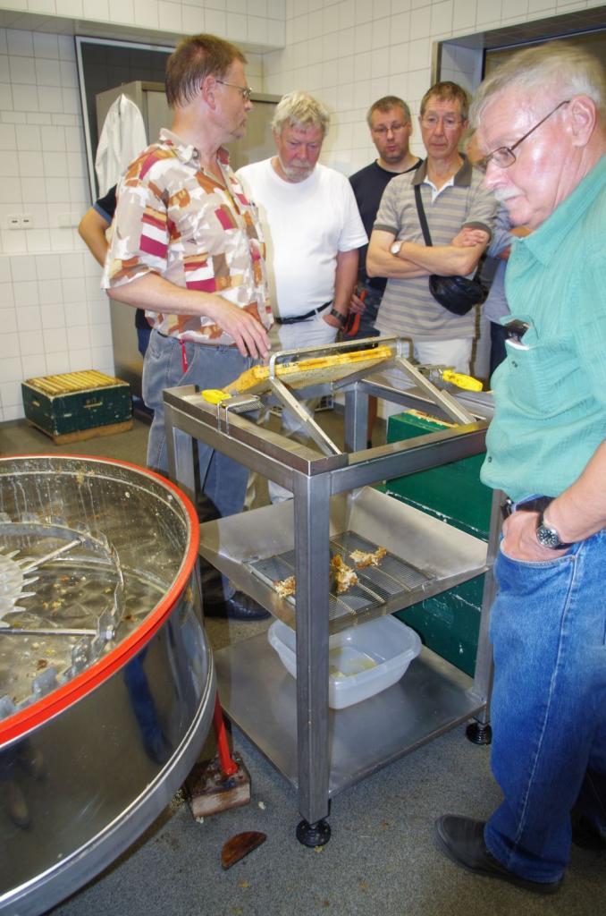 DIe gesamte Entdeckelung erfolgt händisch mit der Gabel an einem speziellen Tisch. Alle wichtigen Geräte (Schleuder/ Siebgefäße) gibt es zweimal.