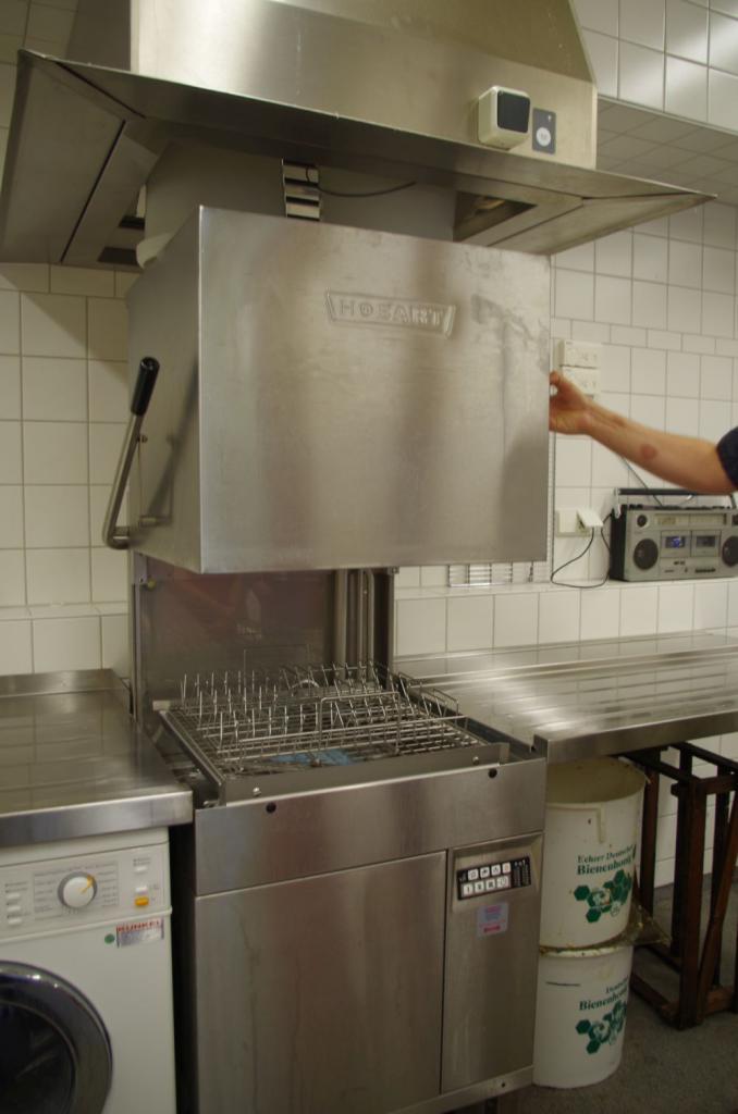 Eine Gastro-Spülmaschine reinigt binnen Minuten die erforderlichen Gläserchargen. Abgefüllt wird im DIB-Glas, die Deckel werden in einem Gaze-Sack in einer normalen Waschmaschine gespült.