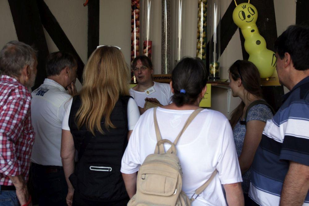 Interessierte Zuhörer erfahren etwas über die besonderen Leistungen der Honigbiene.<br />Bild: Carola Schuldt
