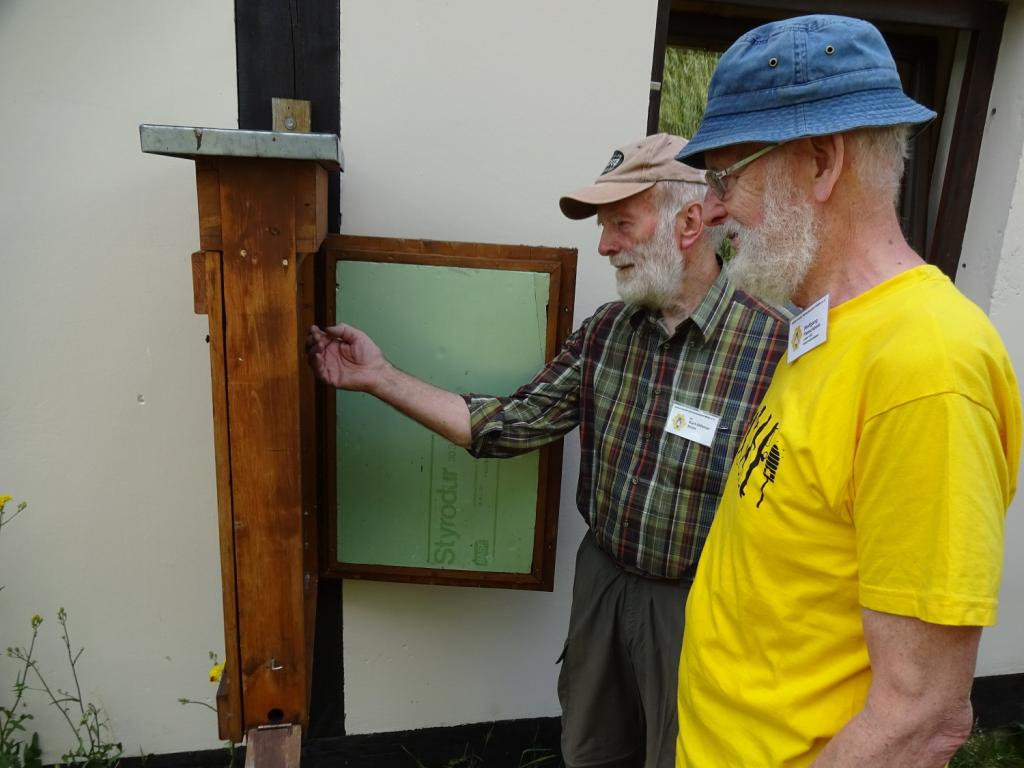 Dr. Klein und Wolfgang Fleischbein vor dem Schaukasten des Museums.<br />Bild: Gerd Zimmermann